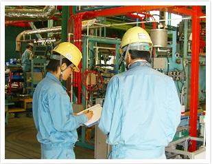 株式会社クボタの女性エンジニアが働く様子(工場内)
